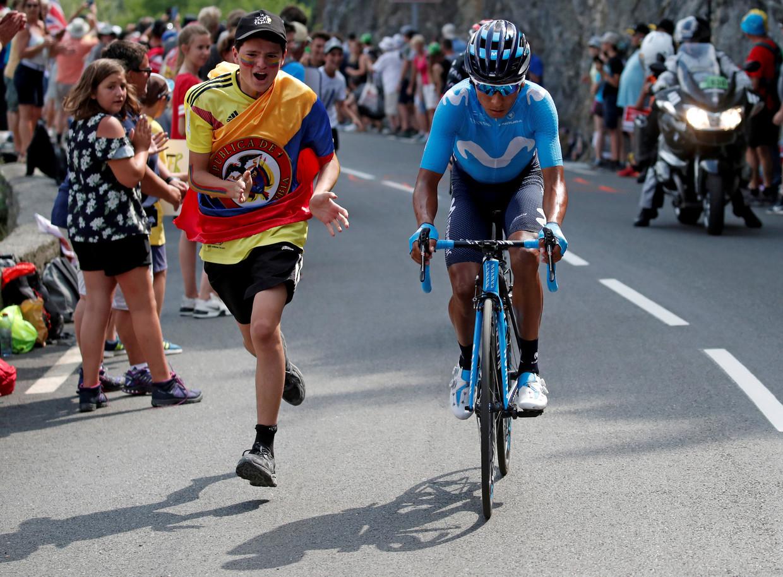 Nairo Quintana wordt aangemoedigd door een Colombiaanse fan tijdens de Tour. Beeld REUTERS