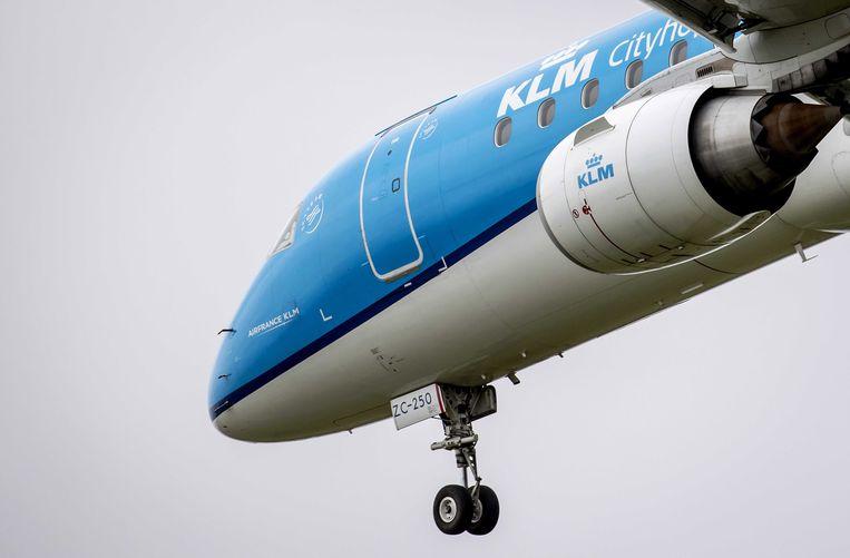 Een KLM-toestel landt op Schiphol. Beeld EPA
