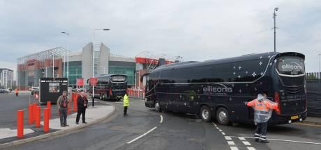 Opnieuw duizenden fans bij Old Trafford en verkeerde Liverpool-bus geblokkeerd