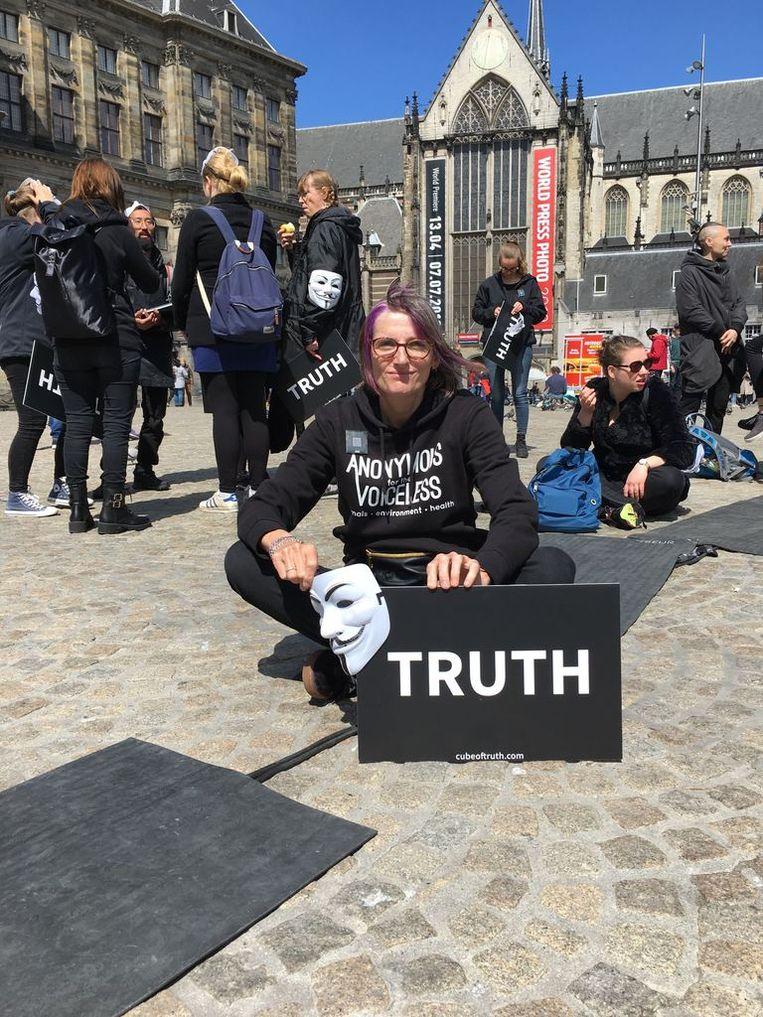 Claire Aartsen (54) demonstreerde vandaag ook op de Dam met Anonymous for the Voiceless. Beeld Hannah Stöve