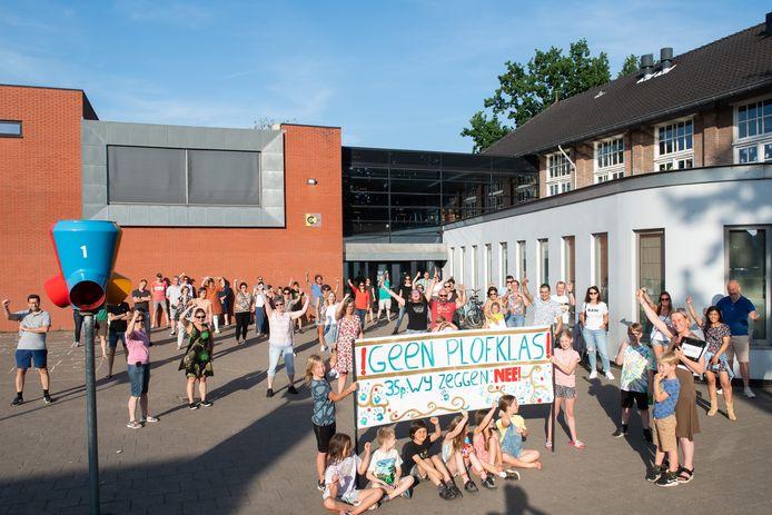Ouders en kinderen voerden actie tegen volle klassen op basisschool De Lage Weide in Made.