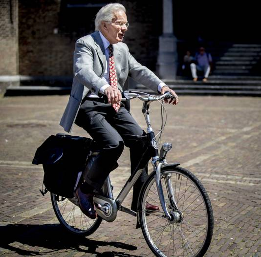 Informateur Herman Tjeenk Willink arriveert op het Binnenhof bij de Stadhouderskamer.