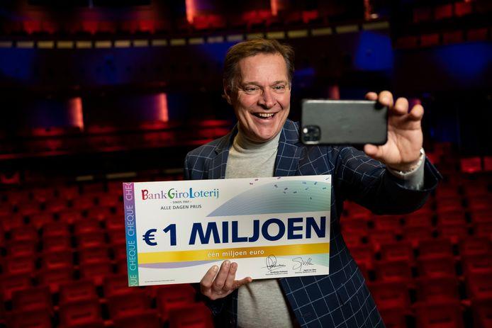 Albert Verlinde verraste Joric en Lisa met 1 miljoen euro.