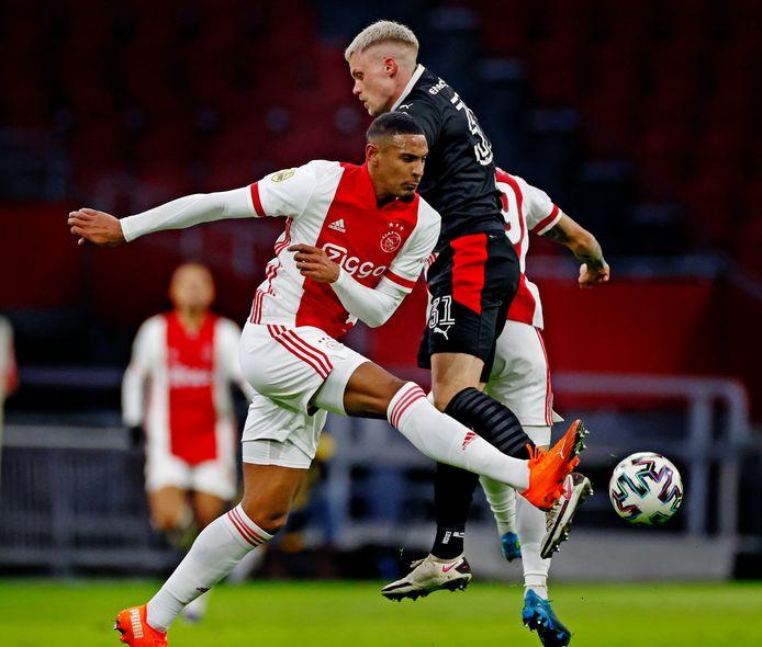 Haller (voor) in duel met PSV'er Max.