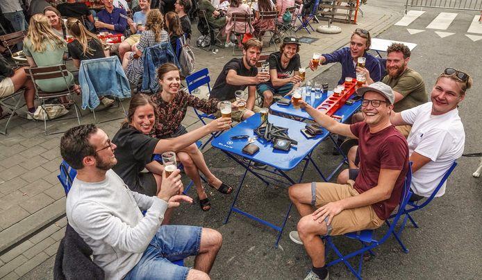 Illustratiebeeld van jongeren met een frisse Bockor pils, vorige zomer op het terras van café Den Bras in Kortrijk