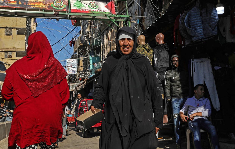 Een vervallen winkelstraat in het Palestijnse vluchtelingenkamp Shatila in Beiroet.  Beeld Valery Sharifulin / TASS / Getty