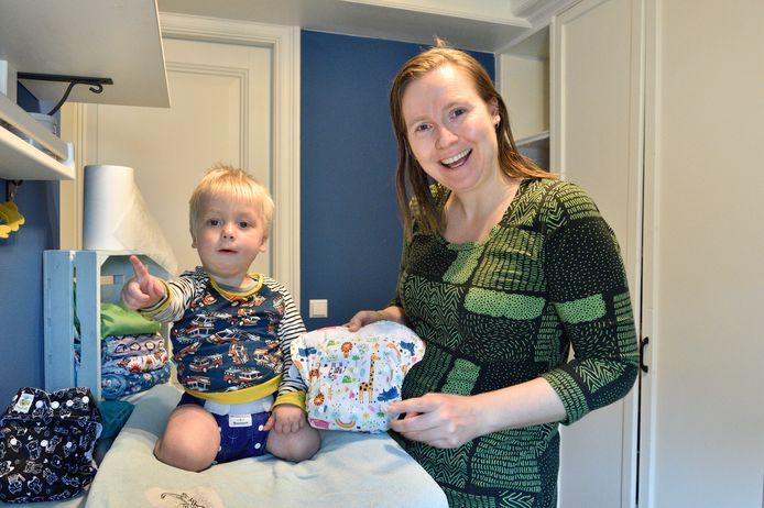 Annika Huizinga met haar zoontje Milan (1) van de Groene Billenbode .