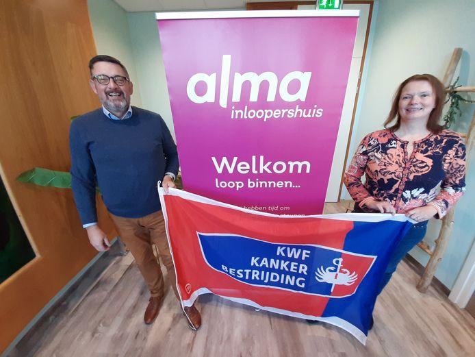 Coördinator Jaap Jongedijk van Alma Inloopershuis en Gerda Boertien van KWF Almelo, tevens woordvoerder van Alma.
