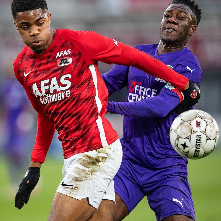 Myron Boadu verliest de bal door goed verdedigen van Azor Matusiwa. Beeld Guus Dubbelman / de Volkskrant