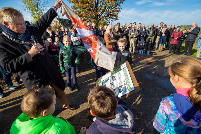 Burgermeester Pieter van Maaren onthult de historische zuil op de dijk bij Brakel.