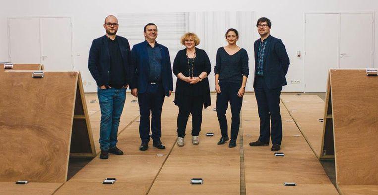 Van links naar rechts: Pieter-Paul Mortier (Curator), Bart Raymaekers (Vicerector KULeuven), Denise Vandevoort (Schepen van Cultuur), Karen Verschooren (Curator) en Steven Vandervelden (Directeur STUK).