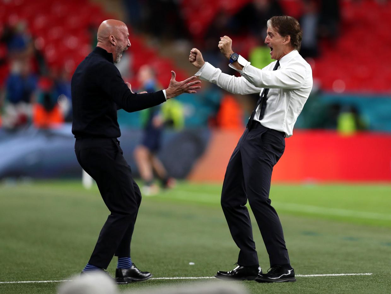 De Italiaanse bondscoach Roberto Mancini (r) en teammanager Gianluca Vialli na de 1-0 van Federico Chiesa tijdens het EK-duel in de achtste finale tegen Oostenrijk. Beeld UEFA via Getty Images