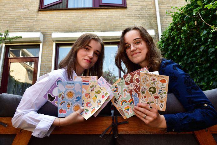 Bianca (r) en Gabriela Popa verkopen klimaatvriendelijke stickervellen. 'Alle kleine beetjes helpen.'