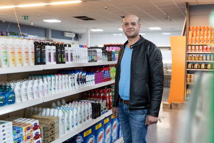Sami Mtan in zijn derde Bazaar-supermarkt, aan de Donkeresteeg in Zutphen. ,,In de eerste twee jaar in Nederland was ik alleen maar aan het werk. Wel 400 uur per maand. Nu kan ik het wat kalmer aan doen.''