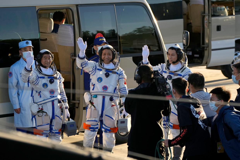De drie Chinese astronauten - of 'taikonauten'. Op het programma staan ruimtewandelingen en complexe technische tests. Beeld AP