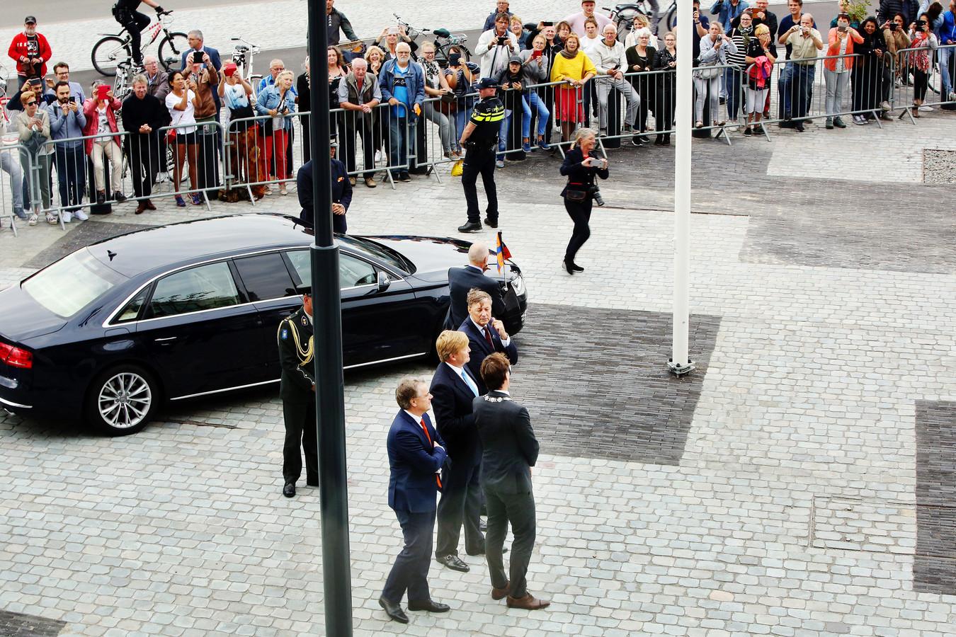 Koning Willem-Alexander bij de opening van de rechtbank in Breda. Verwelkoming door burgemeester Depla en de Commisaris van de Koning.