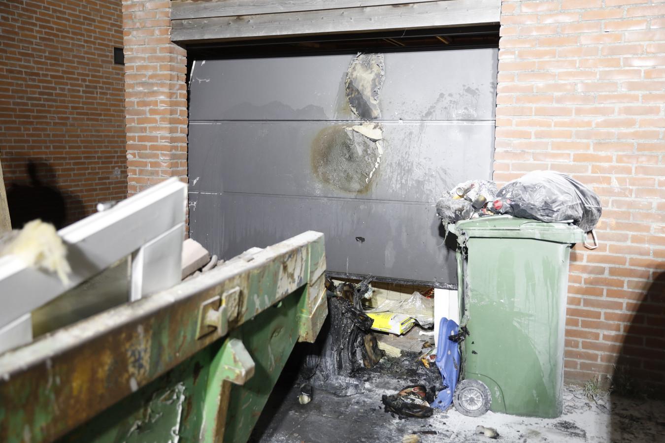 Een garagedeur raakte in Roosendaal beschadigd.