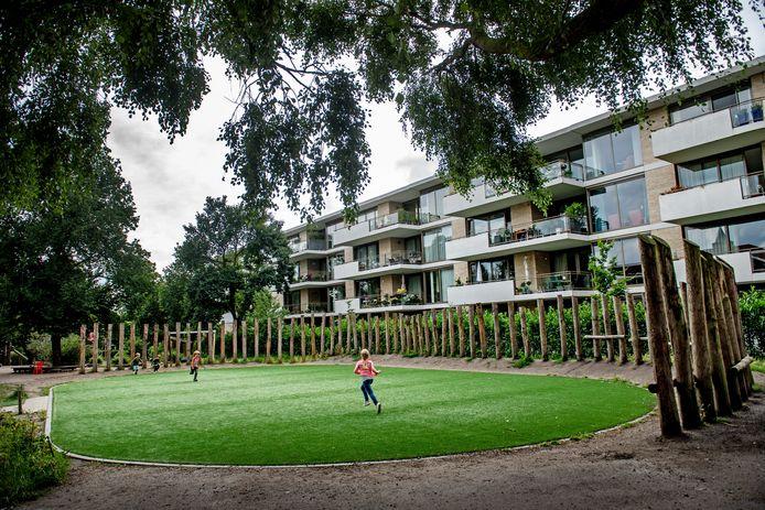 Het speelveldje tussen de Buut en het appartementencomplex waar veel om te doen is.