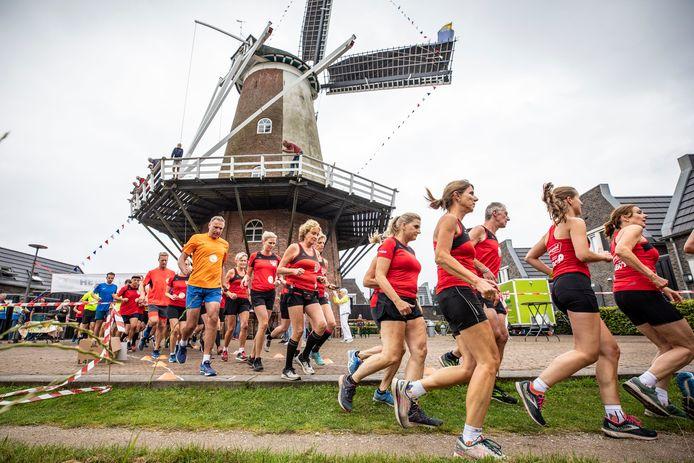 Start van de eerste Molenloop in Ootmarsum, die volgens lopers en organisatoren naar meer smaakte
