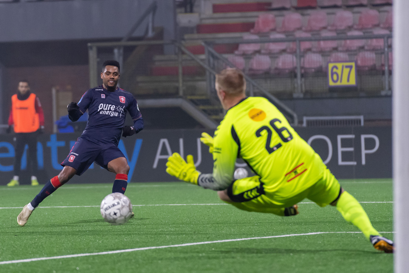 Dennis Telgenkamp oog in oog met Danilo van FC Twente. De doelman uit Wierden stopt er na dit seizoen mee. Het is mooi geweest.