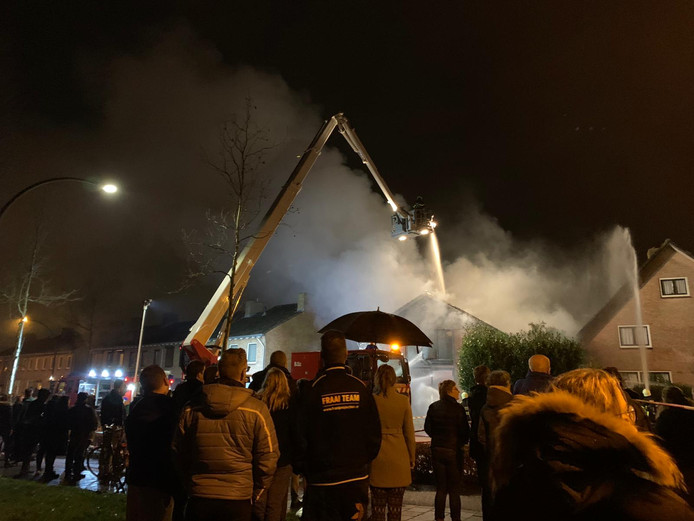 Grote uitslaande brand in loods Raamsdonksveer, zeker tweehonderd mensen staan te kijken.