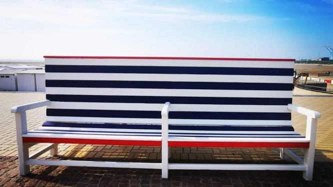 Nieuwe zitbanken in Brugse kleuren sieren zeedijk van Zeebrugge