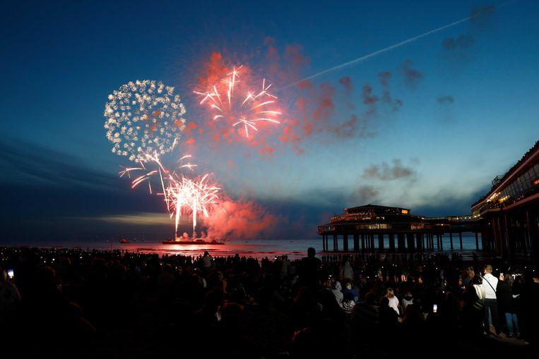 De lucht boven de Noordzee staat in vuur en vlam tijdens het Internationaal Vuurwerkfestival Scheveningen. Het grootste vrij toegankelijke vuurwerkevenement van Europa werd dit jaar al voor de 39ste keer georganiseerd.