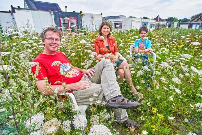 Ad Vlems, Monique Vissers en zoon Luuk zijn de initiatiefnemers van Ecodorp Boekel.