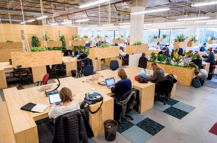 Zzp'ers aan het werk in een bedrijfsverzamelgebouw. Nederland telt 1,5 miljoen zzp'ers en is daarmee koploper in Europa.