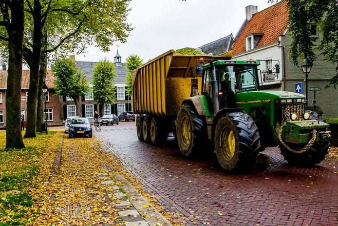Tractoren rijden dwars door het centrum van Hilvarenbeek.