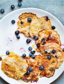 Maïspannenkoeken met blauwe bessen. De seizoenen zijn belangrijk in kookboek Holy Happy Belly.