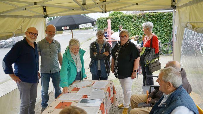 Tijdens een protestwandeling konden mensen zondag het gezamenlijk bezwaarschrift van de buurt ondertekenen.