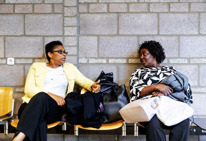 Esther Kiobel (links) en Victoria Bera hebben de zaak met twee andere weduwen aangespannen.