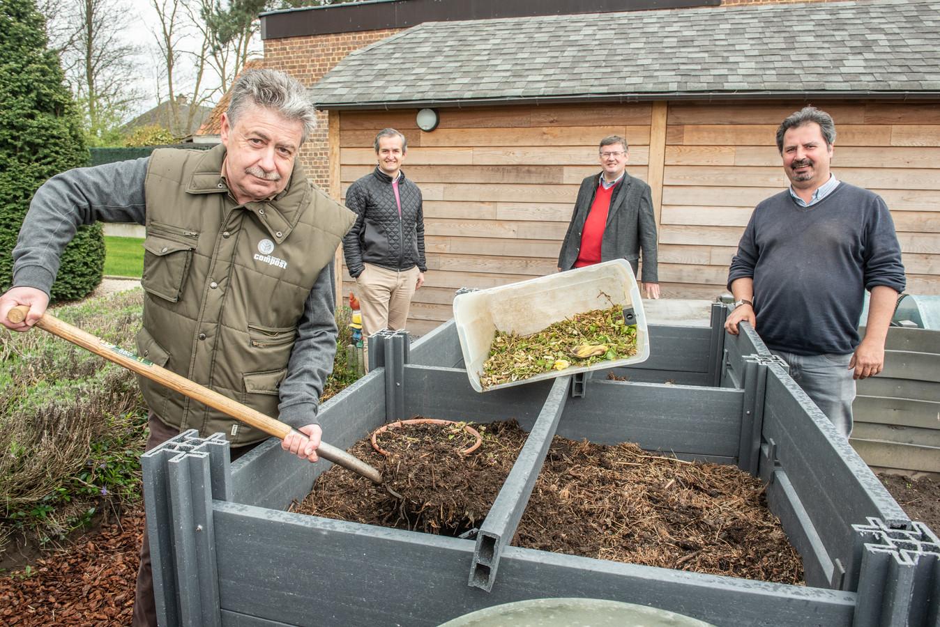 Dirk Biasano is compostmeerster en ambassadeur van de actie. Achter hem: milieuschepen Kristof Callens, burgemeester Joop Verzele en Imog-woordvoerder Koen De Lie.