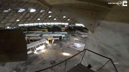 Urbexer dringt imposant Sovjetgebouw binnen en vindt honderden afgedankte bussen