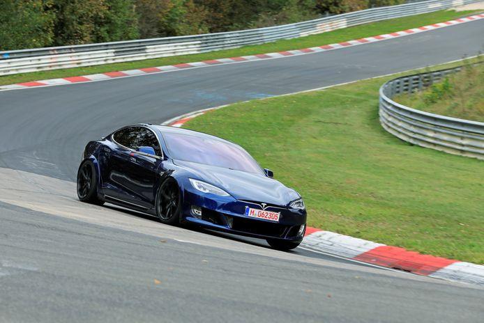 De blauwe Tesla Model S op de Nürburgring.