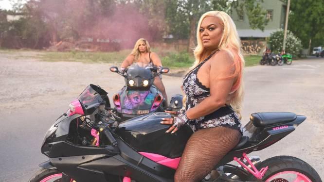 Sensueel én stoer: Rihanna werkt samen met een biker gang voor haar nieuwste lingeriecampagne