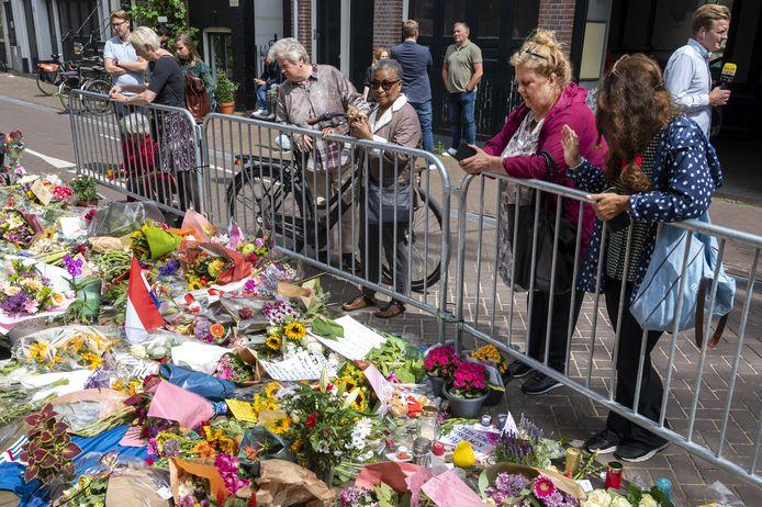 Op de Lange Leidsedwarsstraat, waar de aanslag tegen De Vries plaatsvond, leggen mensen bloemen neer.