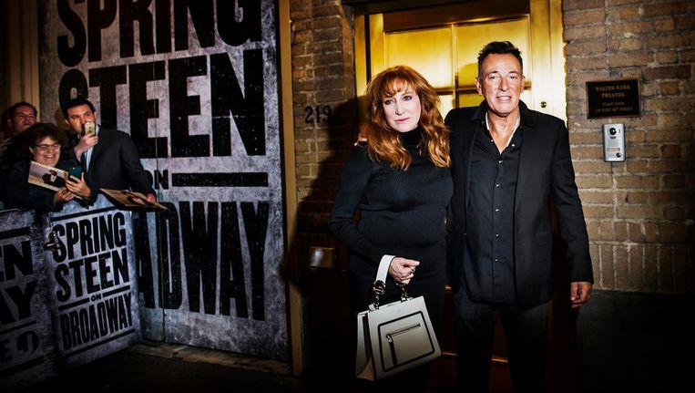 Bruce Springsteen poseert met zijn echtgenote Patti Scialfana na het Broadwayoptreden. Beeld Hollandse Hoogte / The New York Times Syndication