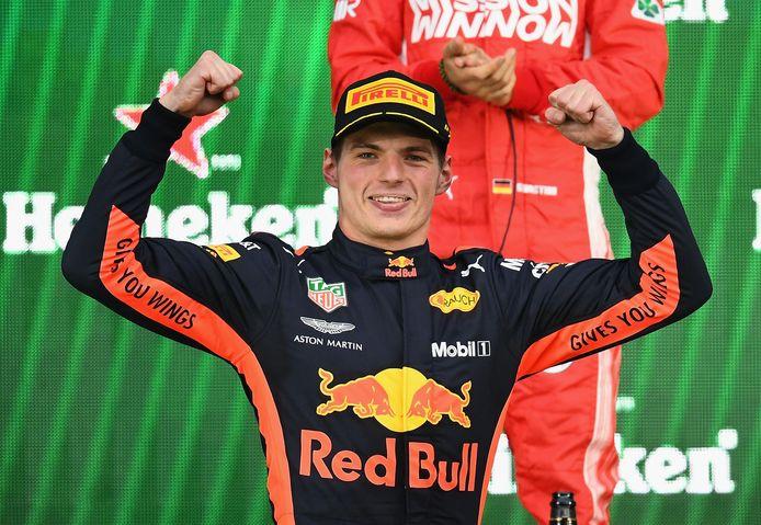 Max Verstappen juicht na zijn winst in de Grand Prix van Mexico.