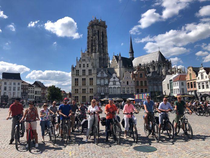 Een groep op stap met De Fietsgids, op de Grote Markt van Mechelen.