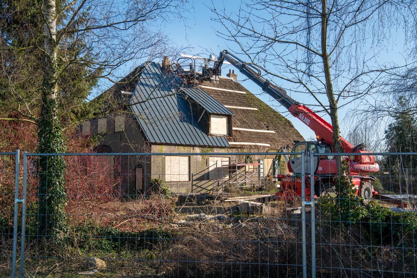 In een boerderij aan de Van Isendoornlaan in Apeldoorn wordt van maart tot september een nog onbekend tv-programma opgenomen. De eerste voorbereidingen worden inmiddels getroffen.