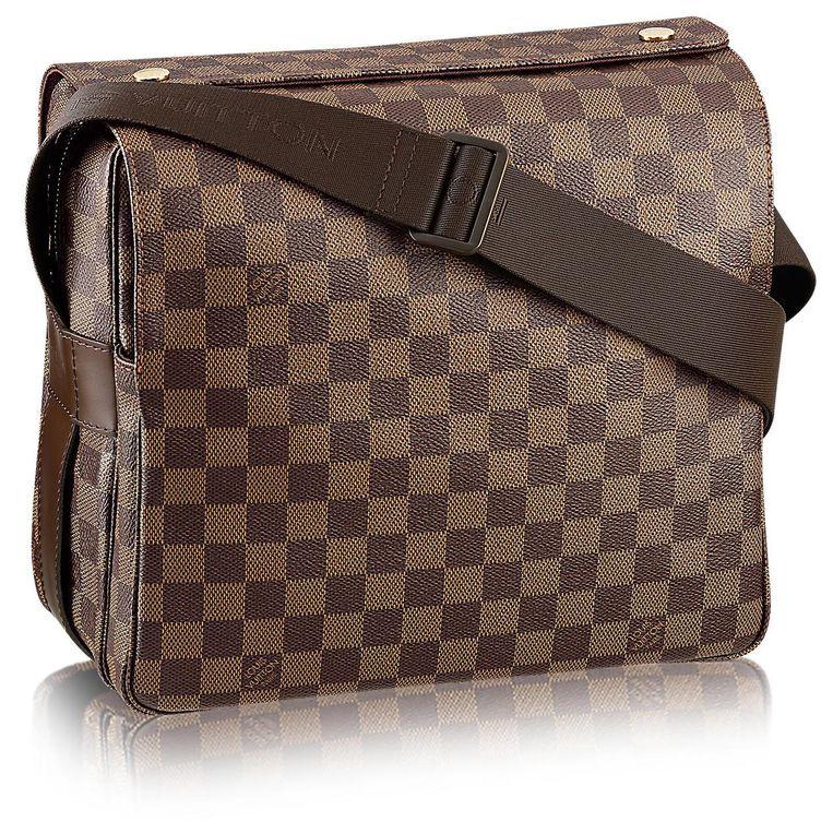 Past bij elke outfit: het Louis Vuitton schoudertasje voor telefoon, geld en soms een vuurwapen. Beeld -
