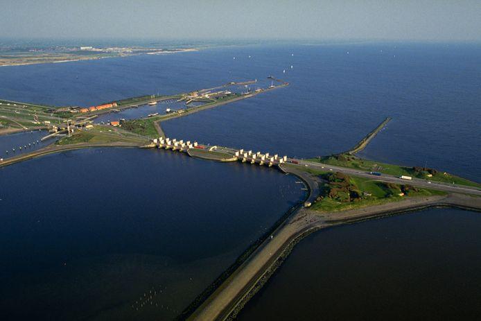 De sluizen bij Kornwerderzand in de Afsluitdijk worden verbreed. Dat levert de regio honderden miljoenen euro op en een werkgelegenheidsimpuls van drieduizend arbeidsplaatsen.