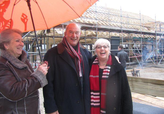 Jan en Marijke Zeeman en burgemeester Jettie Eugster (rechts) bij de presentatie van Het Anker. Inmiddels draait de horeca en is de toeloop groot. Jan Zeeman overleed vorig jaar en burgemeester Eugster is inmiddels opgevolgd door Annemieke van de Ven.