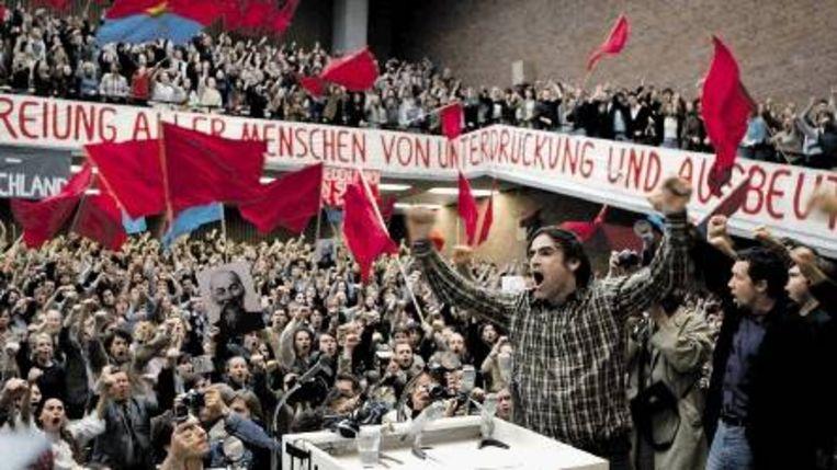 Studentenleider Rudi Dutschke (Sebastian Blomberg) spreekt het publiek toe tijdens een Vietnam-demonstratie. (Trouw) Beeld