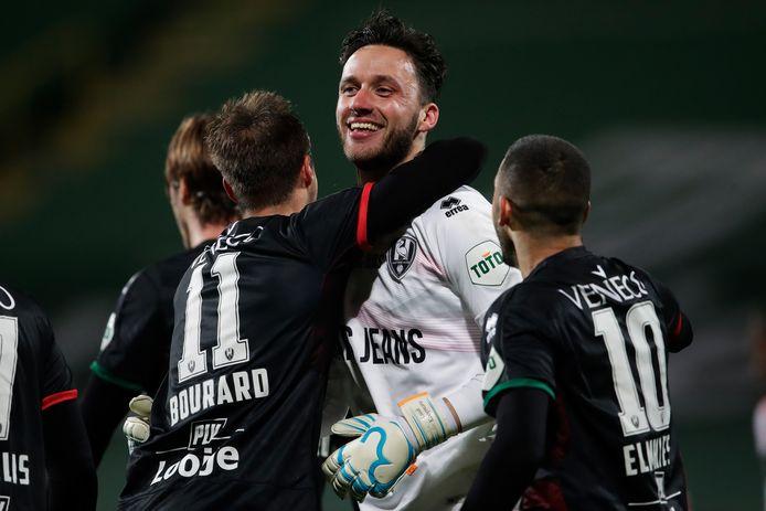 Luuk Koopmans is helemaal het mannetje nadat de keeper van ADO Den Haag in de vorige bekerronde laat gelijk maakte tegen Sparta. Na strafschoppen ging ADO uiteindelijk door naar de volgende ronde, waarin het dinsdagavond Vitesse treft.