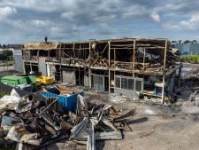 Politie heeft geen aanwijzing voor brandstichting bij pand met woonwinkels in Dronten, schade is enorm