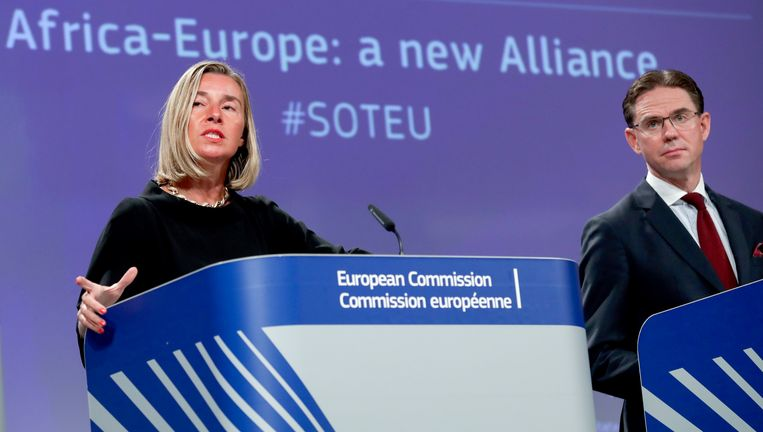 De Europese buitenlandchef Federica Mogherini en Europees commissaris voor Jobs, Groei, Investeringen en Mededinging Jyrki Katainen vorige week bij de toelichting van een nieuw samenwerkingsverband met Afrika. Europa blijft in zijn beleid groei vooropstellen. Beeld EPA
