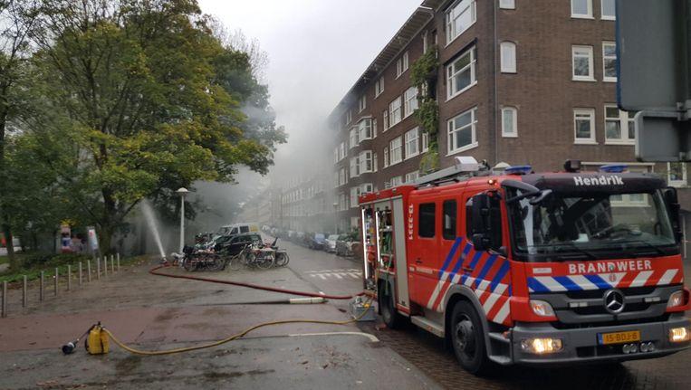 Wegens de rookwolken uit de brandende transformatorzuil op de Orteliuskade werden woningen ontruimd. Beeld -